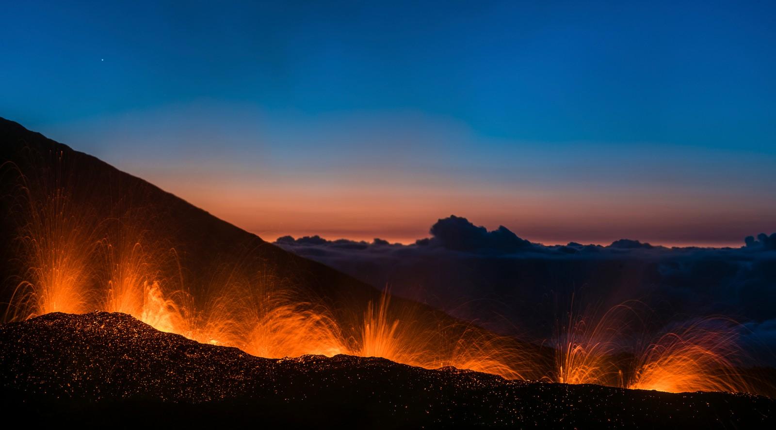 Lava sprutet denne uka ut fra Piton de la Fournaise på øya Ocean Reunion i det indiske hav, en av verdens mest aktive vulkaner. Bare i år har vulkanen hatt utbrudd fire ganger.