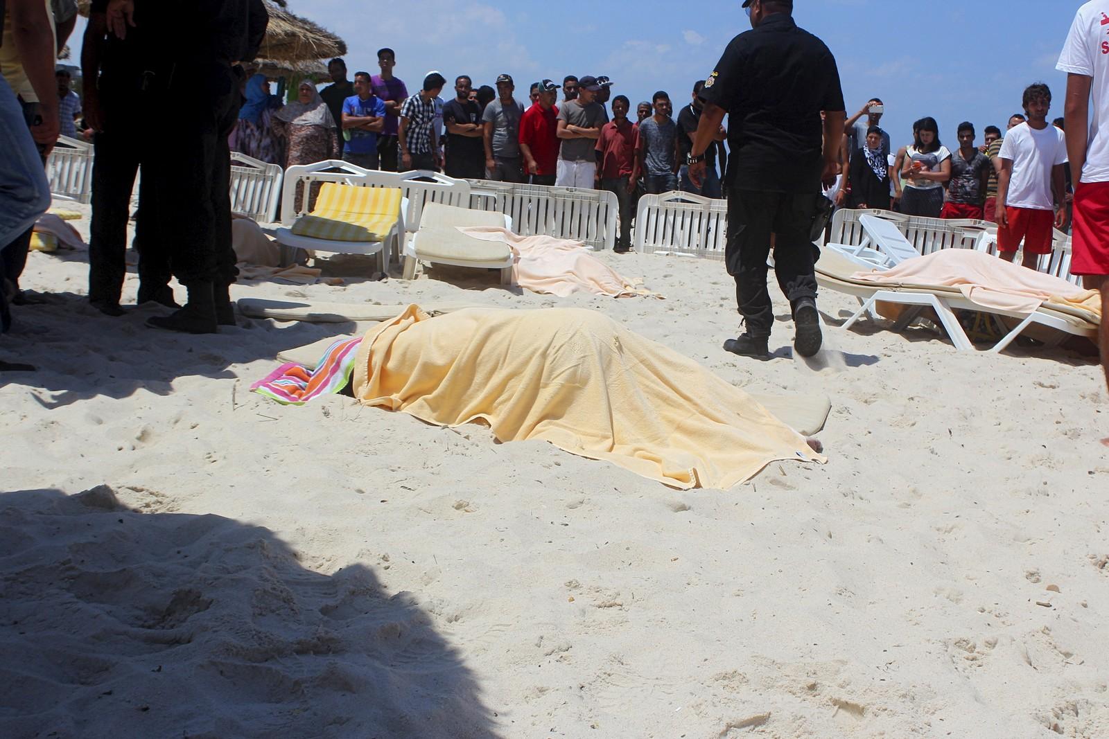 En død feriegjest er dekket til etter å ha blitt skutt like ved et strandhotell i Sousse i Tunisia. Gjerningsmannen skal ha skjult skytevåpenet i en solparasoll.