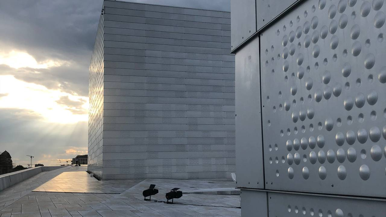 Astrid Løvaas' og Kirsten Wagles aluminiumsbekledning på scenetårnene på Operaen