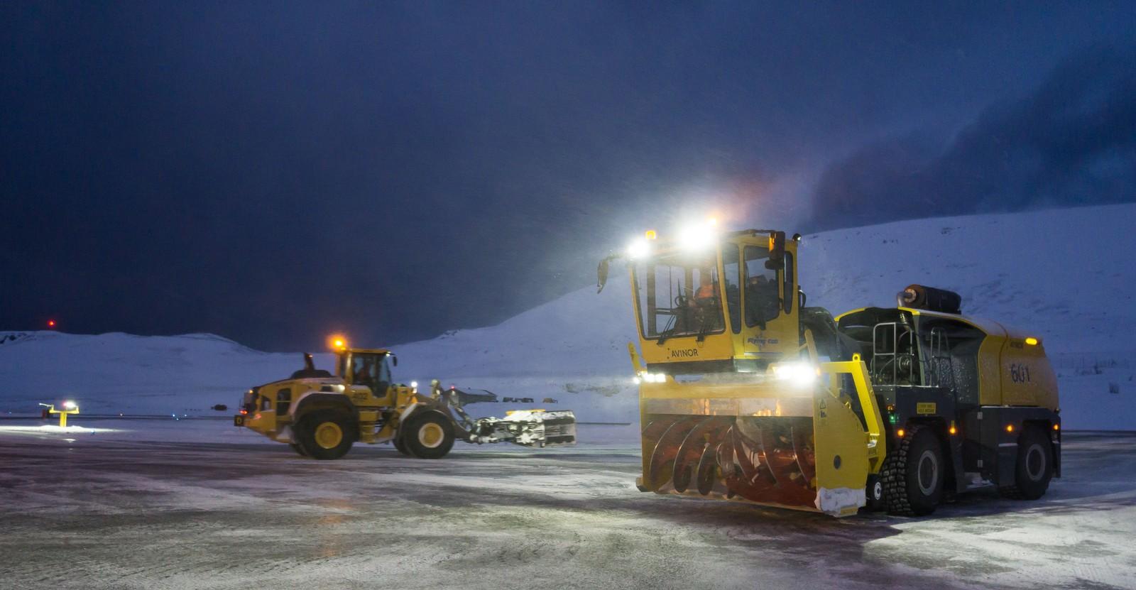 På grunn av mange avganger og ankomster på Hammerfest lufthavn er det kjøpt inn Finnmarks største snøfres for å holde rullebanen åpen.