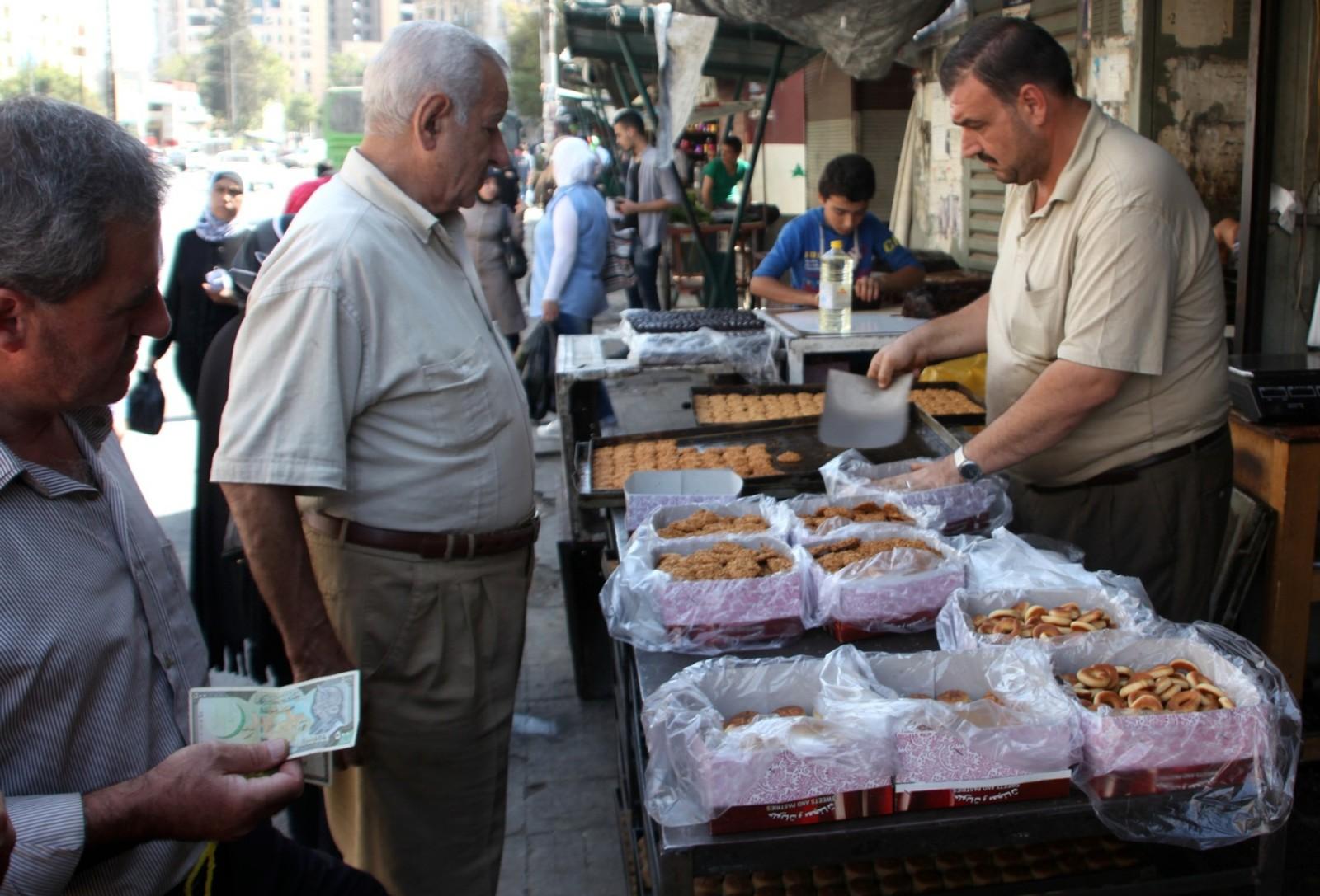 Det er godt utval av varer på marknadsplassane i dei vestlege bydelane i Aleppo.