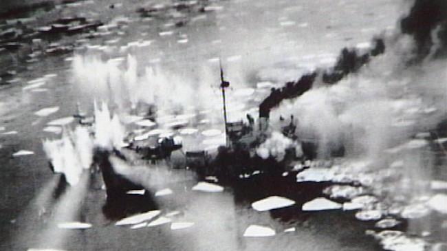 """Den tyske forpostbåten V 6808 """"Rugier"""" blir treft av granatar frå allierte fly ved Frammarsvik 9. februar 1945, også kalla den svarte fredagen. Biletet er teke frå eit kanadisk fly. Foto: """"EO-S"""" 404 Squadron RCAF."""