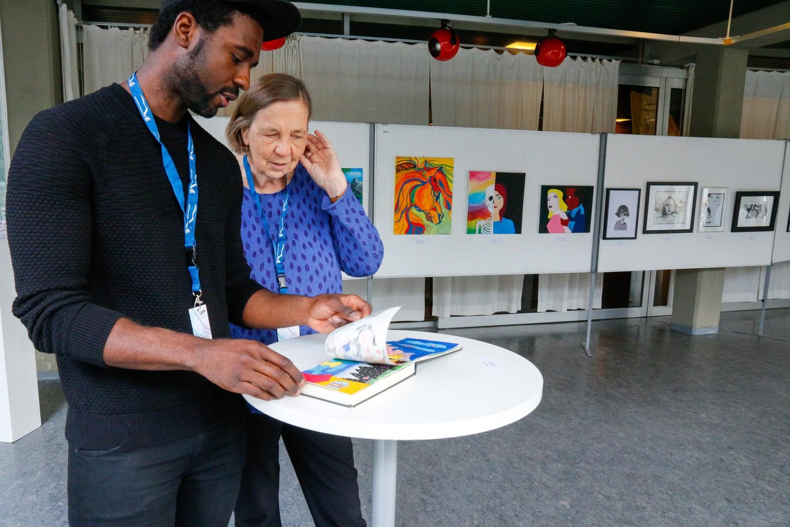 JURY: Billedkunstnar Astrid Wittersø og illustratør Gregory Idehen, begge innflyttarar busett i Førde, har ein stor