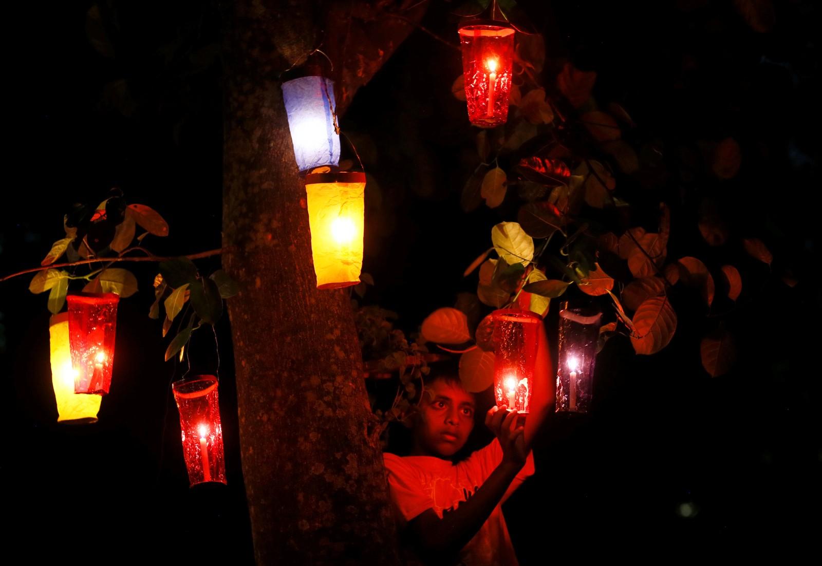 En gutt henger opp lanterner, også kalt vesak-bøtter, i forbindelse med feiringen av Buddhas fødsel. Dagen kalles Vesak-dagen. Navnet kommer fra det indiske navnet på denne måneden.