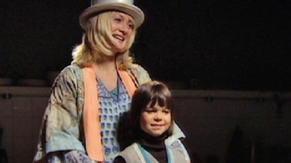 Teater i Svingen.       Victorias mamma, Vera, lager en teatergruppe for barn. Victoria sier at Svingen-barna kan få være med, selv om hun ikke liker dem så godt. Nure ser Victoria for første gang og blir hodestups forelsket.