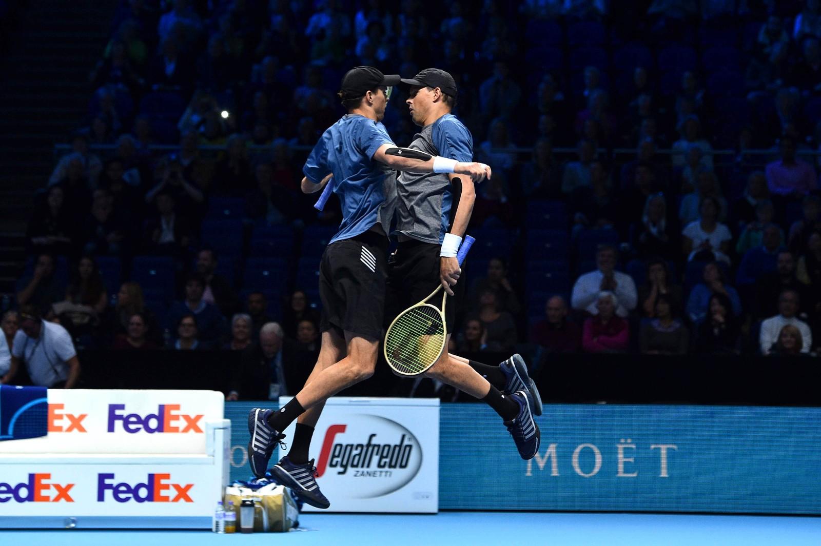 Nei, tennis har ikke blitt en kampsport. De amerikanske tvillingene Bob og Mike Bryan feirer seieren mot filippinske Treat Huey og hviterussiske Max Mirnyi i London.