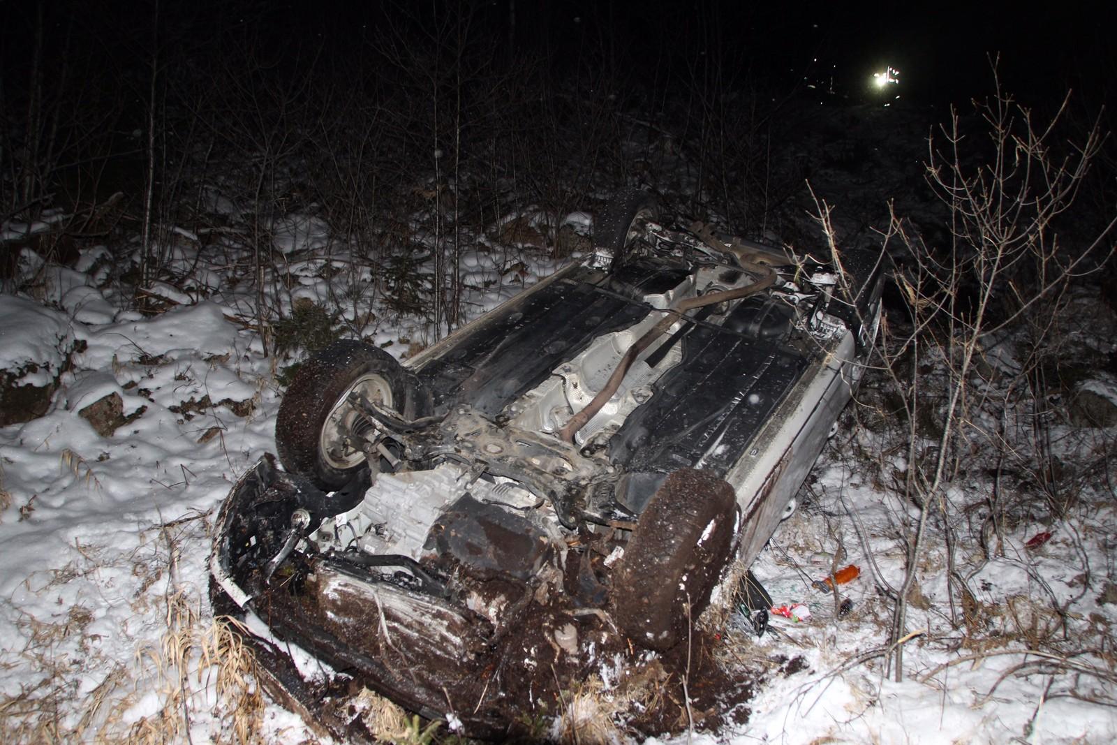 Utforkjøring på Bjelland i Marnardal. Bilen kjørte ifølge politiet utfor et lite strup før den havnet 30 meter lenger ned ei skråning.