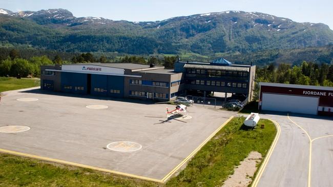 Då Førde Lufthamn vart bygd på Bringeland førde det med seg fleire arbeidsplassar. Helikopterselskapet Airlift har lagt basen sin dit. Foto: Merete Husmo Høidal, NRK.