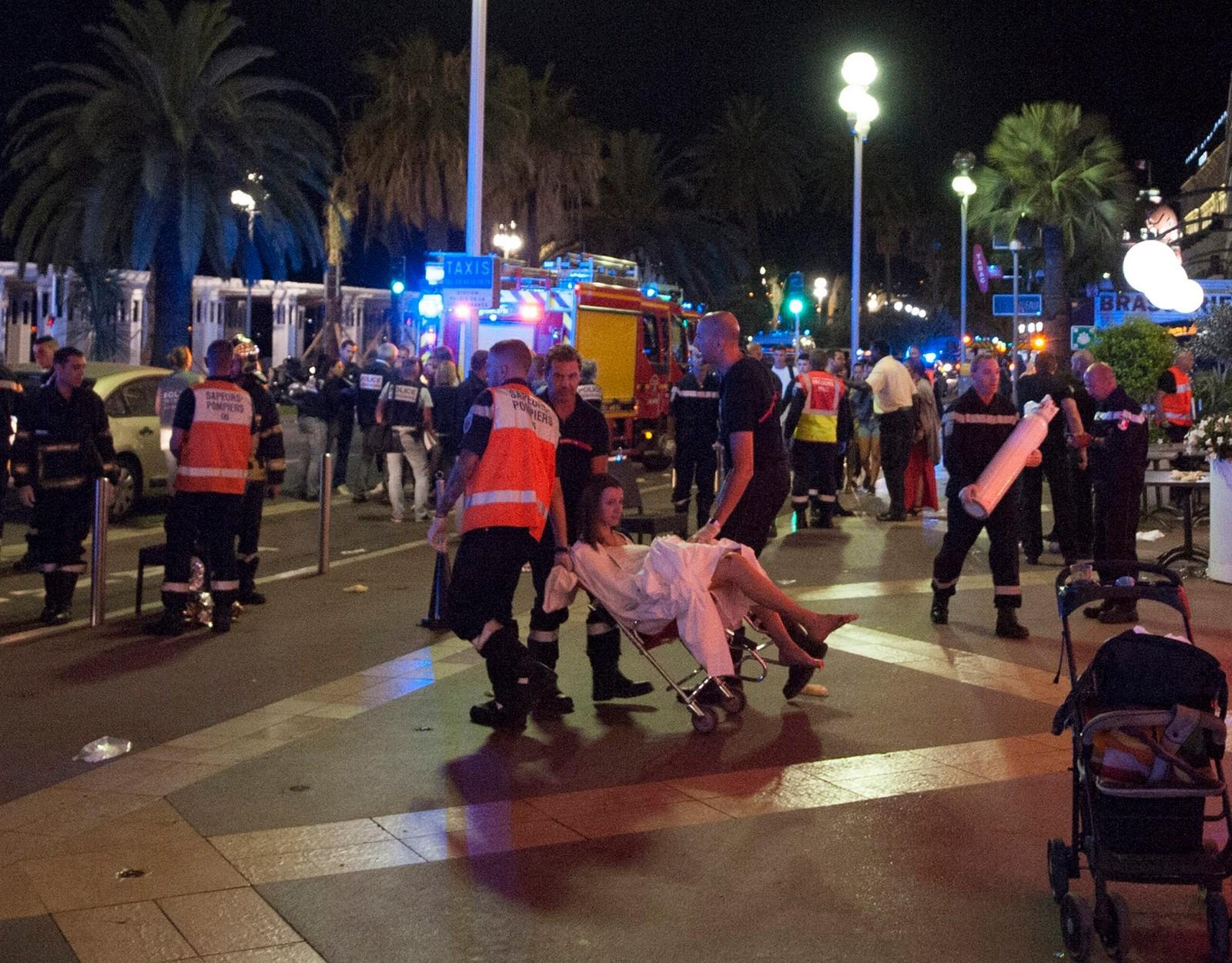 Skadde hjelpes bort fra gatene i Nice natt til fredag.