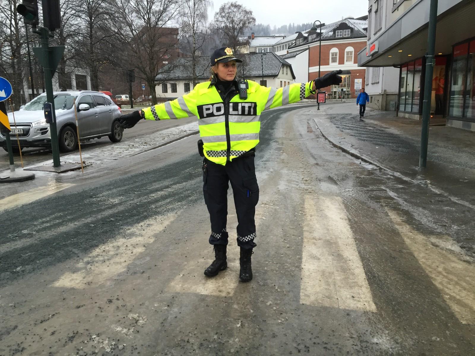 Politiet måtte ut å dirigrere trafikken i Gjøvik sentrum. Deler av sentrum ble også stengt.