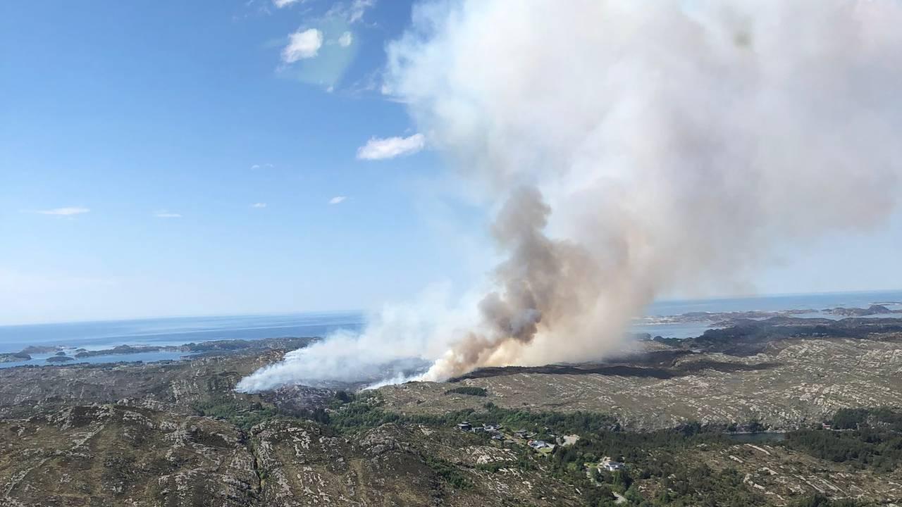 Bilde fra skogbarnnhelikopteret over brannen i Øygarden