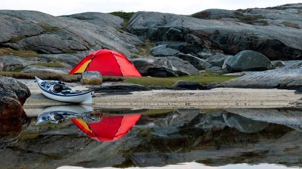 Telt og kajakk på strand - Foto: Lars Verket
