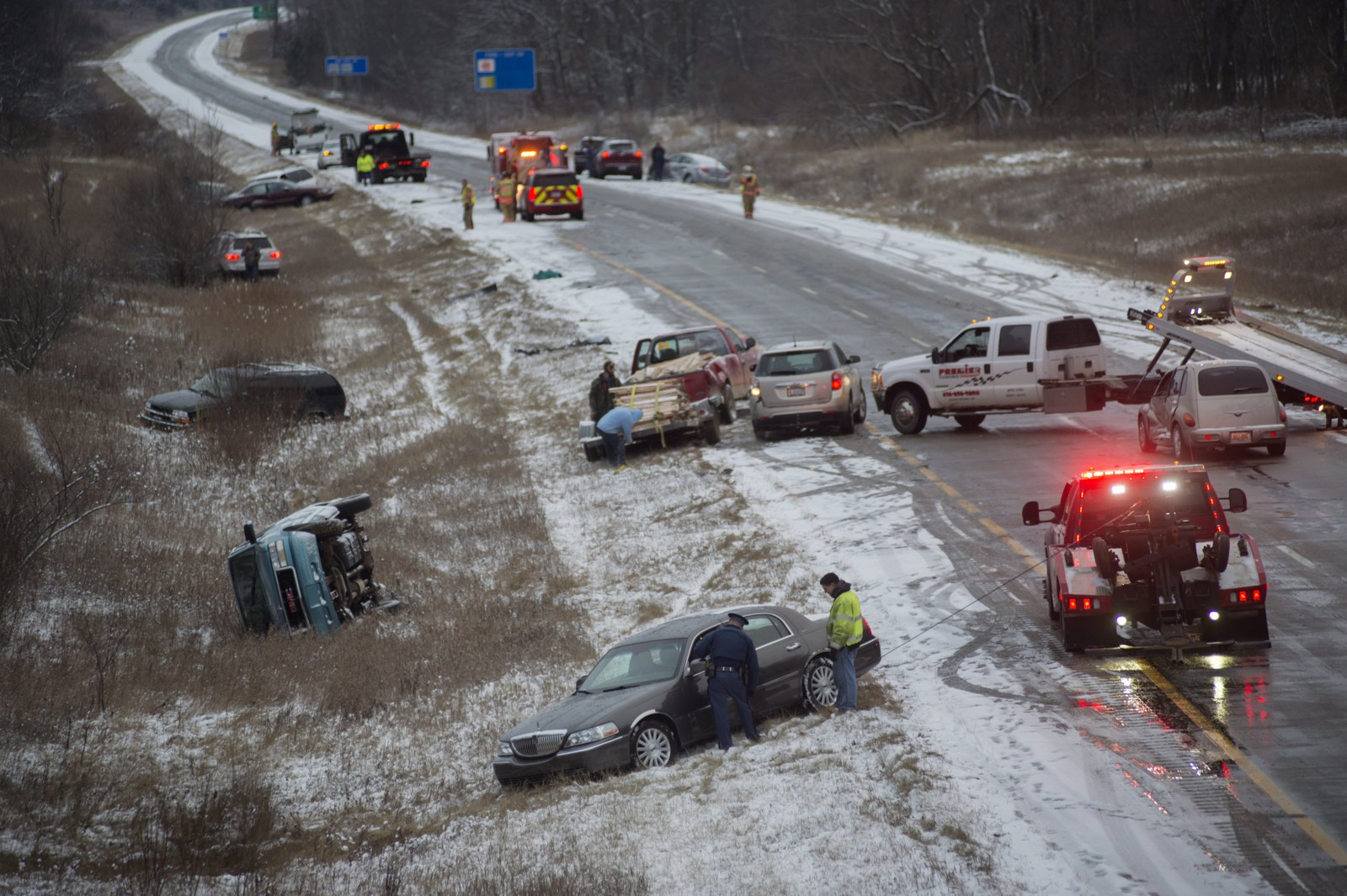 Biler lå strødd langs den ekstremt glatte veien i Cedar Springs, Michigan i desember.