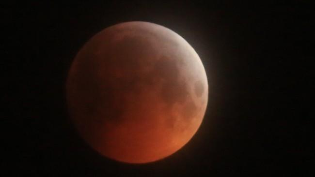 MØRKLAGT: 21. januar i år fikk vi oppleve en total måneformørkelse. Da ble dette bildet tatt i Trondheim. Måneformørkelsen som kommer i natt er delvis, som vil si at ikke hele, men godt over halvparten av måneskiven formørkes.