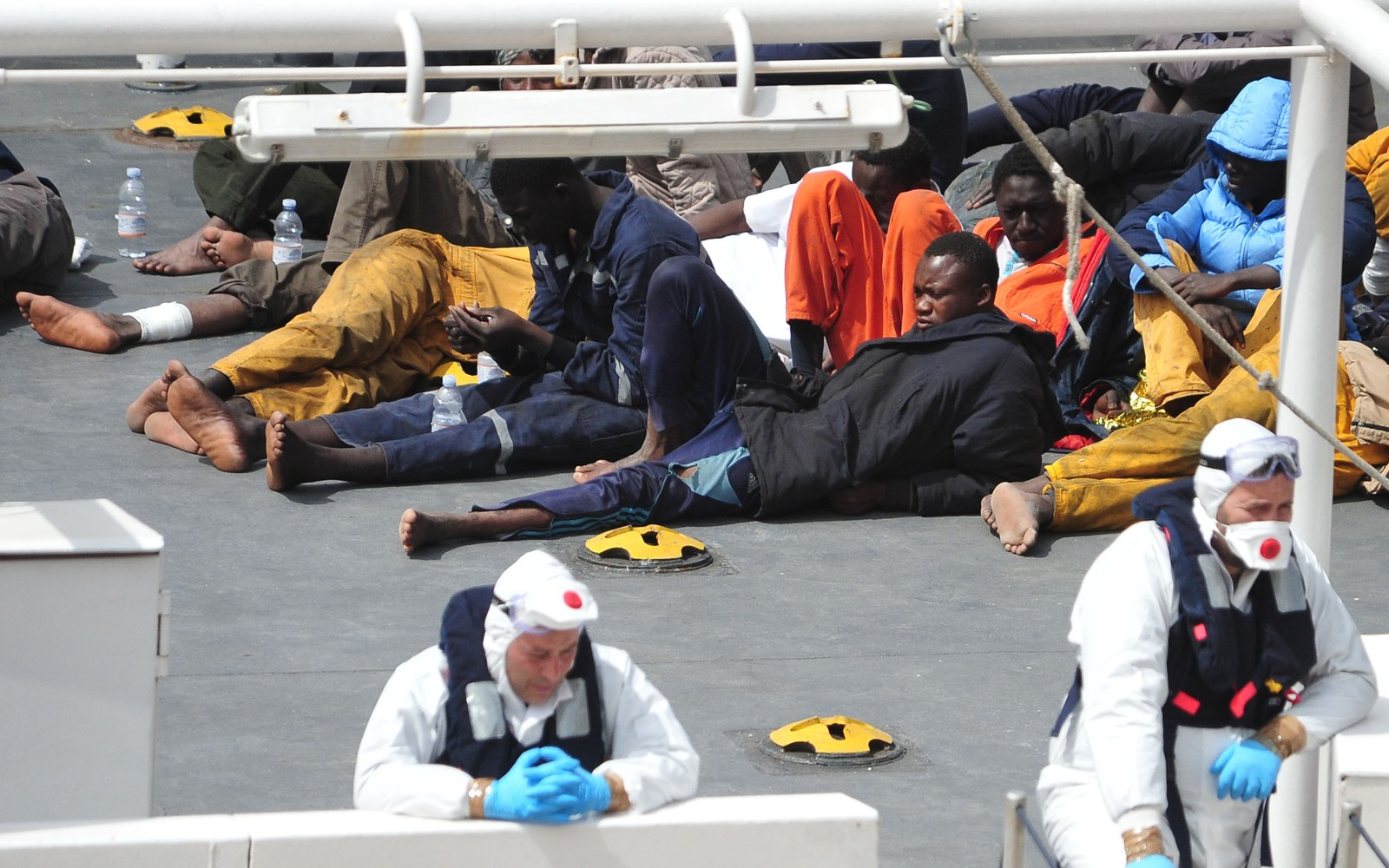 Flyktninger som overlevde søndagens havari sør for Malta, kommer inn til Valetta på Malta 20. april 2015 ombord på et italiensk kystvaktskip.