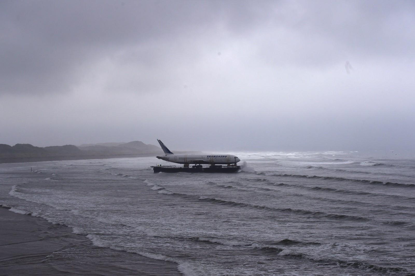 Da det ble for vanskelig å frakte en Boeing 767 på land, valgte irske David McGowan å bruke sjøveien. Han er i ferd med å bygge en campingplass litt utenom det vanlige i den irske småbyen Sligo, der flyet visstnok skal brukes som overnattingslokale. Han har også planer om å hente tog og helikopter til stedet.