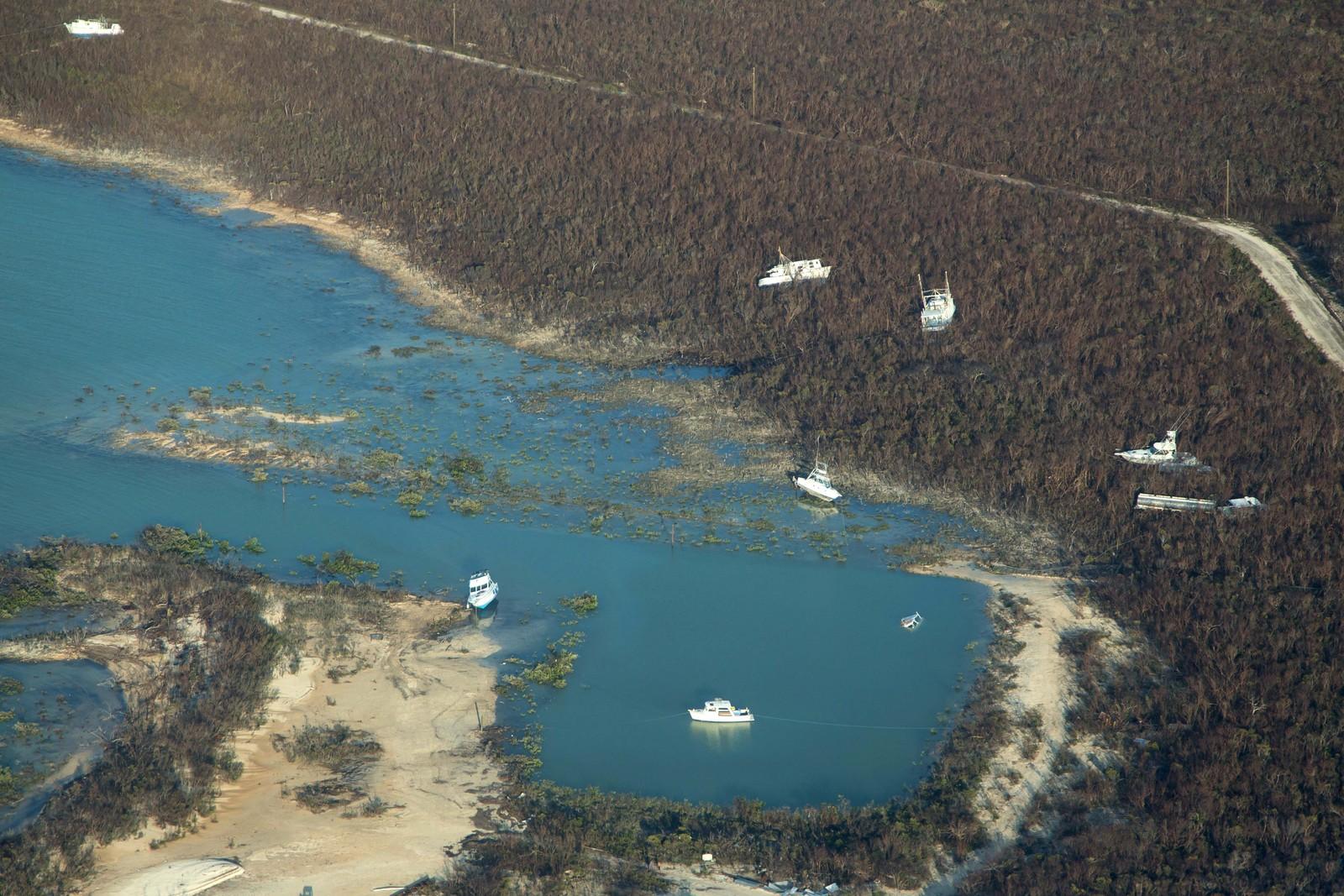Båter ligger slengt etter orkanen Joaquins herjinger på Long Island i Bahamas.