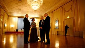 Kong Harald og dronning Sonja i samtale med Ole Danbolt Mjøs og Geir Lundestad
