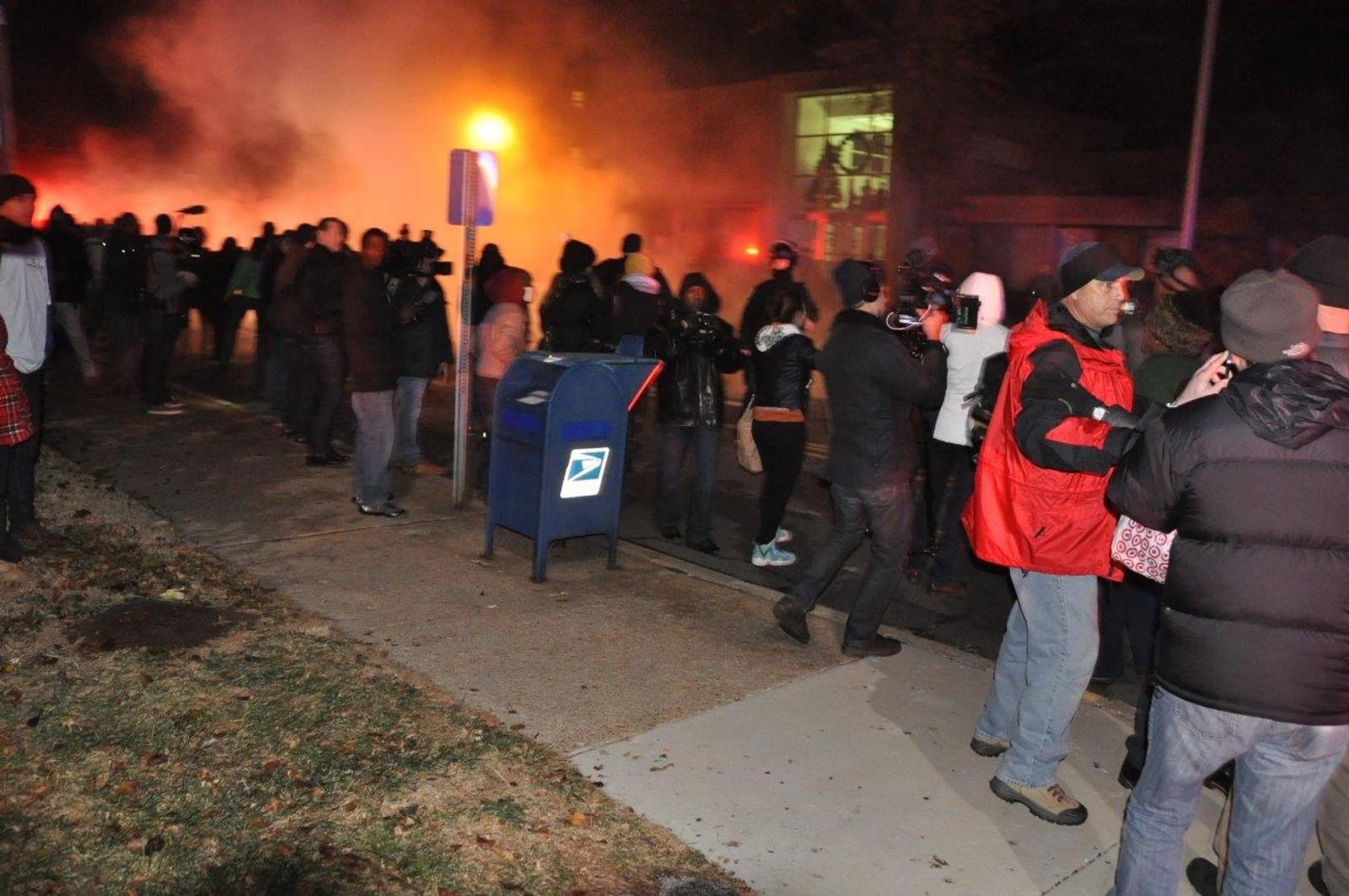 Demonstranter kastet flasker og røykbomber mot politiet.