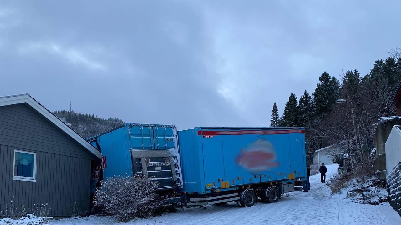 Lastebil kjørte inn i et hus på Malvik