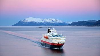 Sørgående hurtigrute MS Polarlys med kurs for Sortland, Andøya i bakgrunnen.