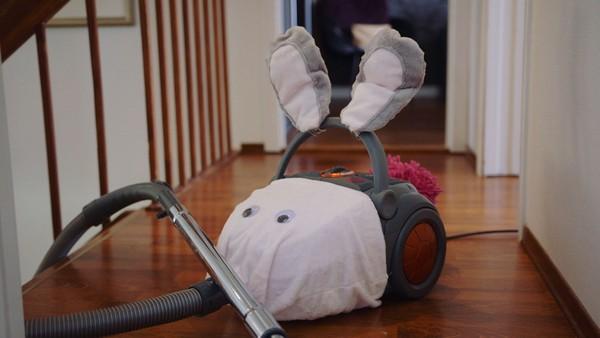 Norsk dramaserie. Støvsugeren. Mamma støvsuger mens Lucy leker med kassaapparatet sitt. Når mamma er ferdig har Lucy veldig lyst til å prøve støvsugeren, men tør ikke helt.