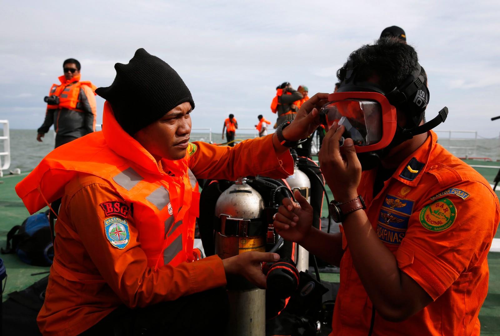 Fem dager etter at flyet styrtet kunne endelig dykkere gjennomsøke området der observasjonene på havbunnen er gjort.
