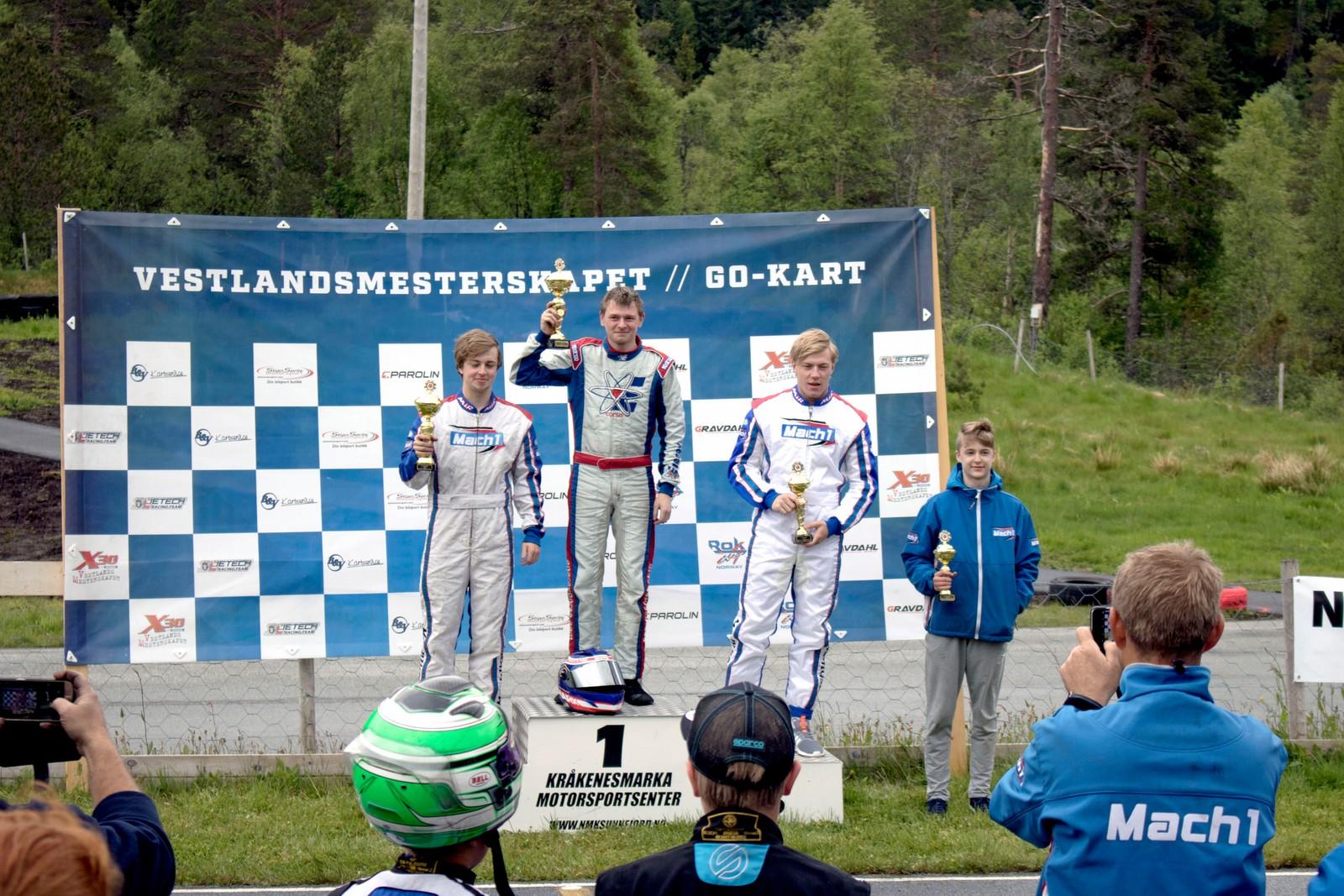 SIGER: Tore Valvik (i midten), som ikkje hadde køyrt sidan september, stakk av med sigeren i den største klassa, 125 kubikk. På plassen bak kom Lars Angeltveit og Marius Hammersmark.