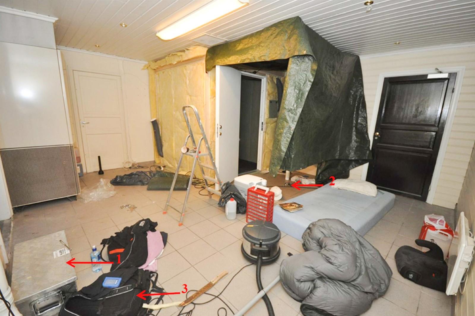 Inne i lokalet snekret faren på forhånd en hjemmelaget glattcelle. Cella var spartansk innredet med vegger av sponplater, pleksiglass, en seng og en industrilampe som ble styrt utenfra.