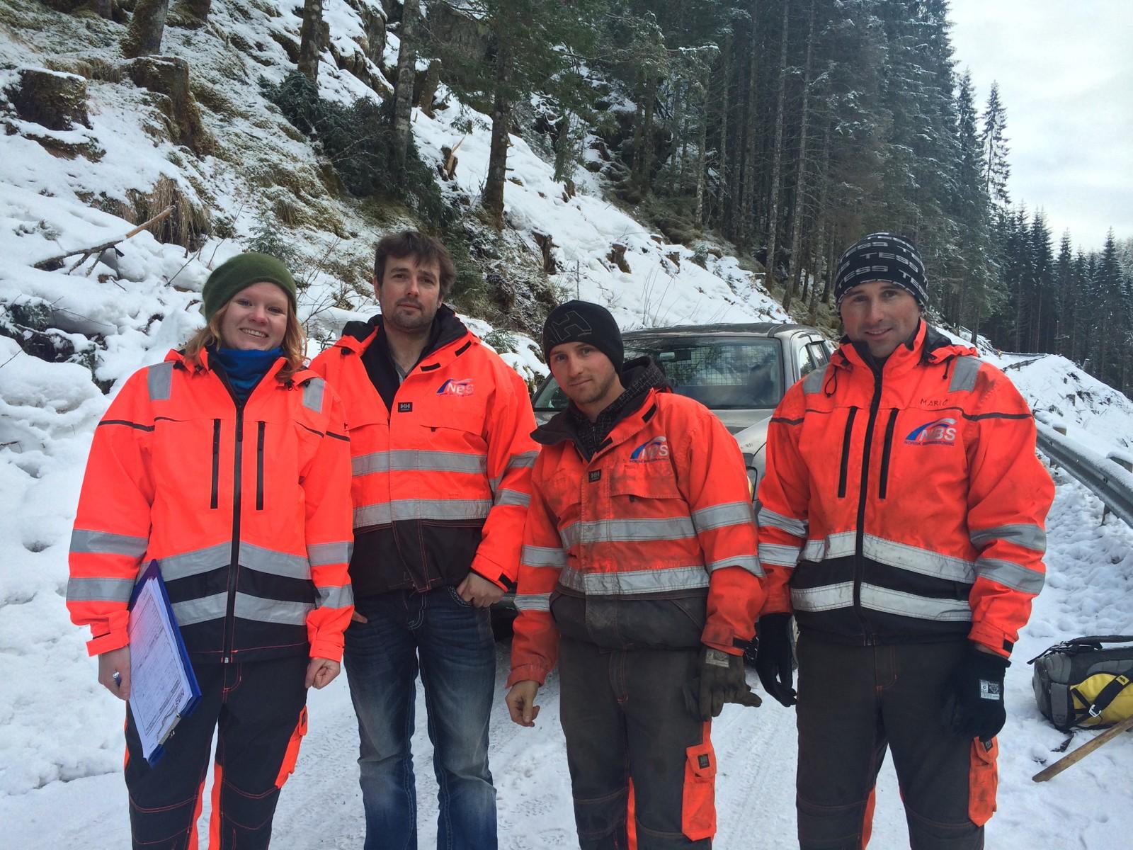 KALDT: Geolog Siv Seljeseter, eigar i Norsk Bergsikring Ove Nordbø, sikrar Dominik Mühlman og broren Mario Mühlman skal gjere jobben med å sikre den kommunale vegen.