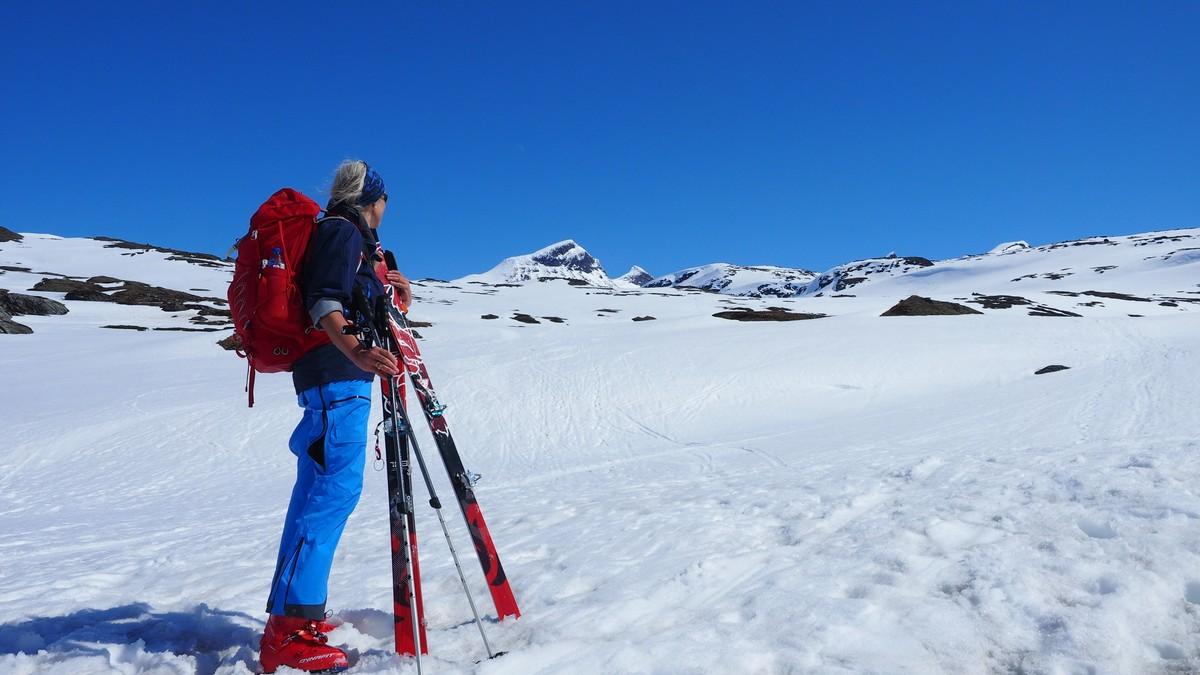 KNALLVÆR: Det ser idyllisk ut i fjellet, men faren for skred er også tilstede. Snøskredvarslingen advarer mot å bevege seg på topper over 30 grader.
