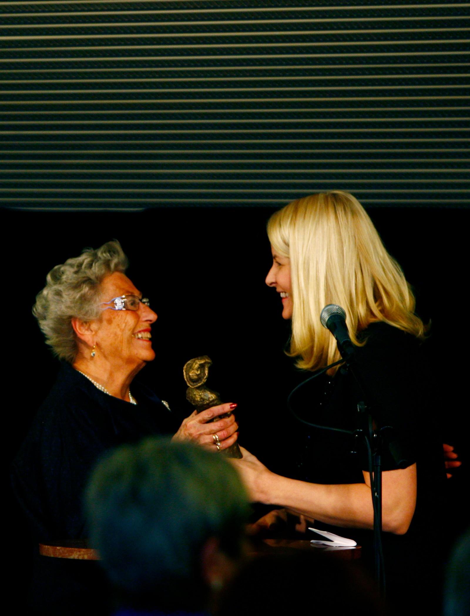 - GOD STØTTE: Rådet om å vere seg sjølv i den kongelege rolla gav prinsesse Astrid vidare også til kronprinsesse Mette-Marit. Den erfarne tanta blei ei god støtte for kronprinsparet, ifølgje kronprins Haakon. Her får kronprinsessa Norske Kvinners Sanitetsforenings Frederikkepris overrakt av tante Astrid i 2008.