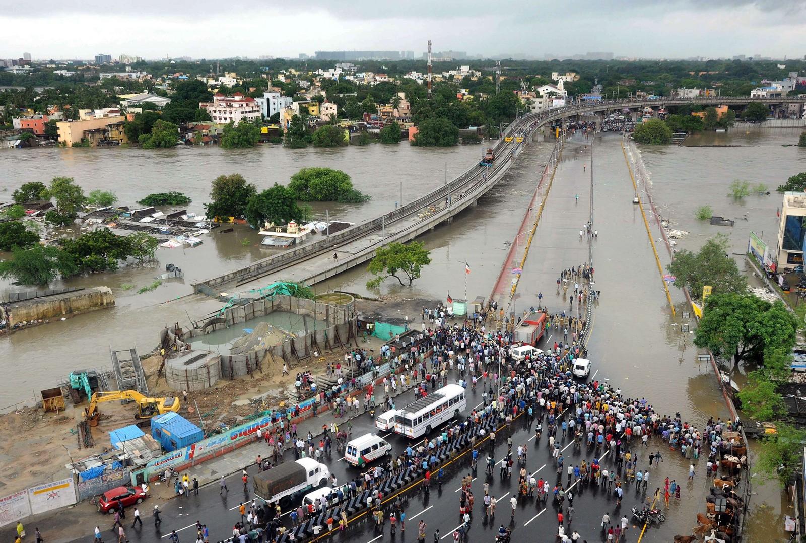 Både store og små byar er lamma av dei enorme nedbørsmengdene. Her frå Chennai, der også ein av Sør-Indias største flyplassar er stengt.