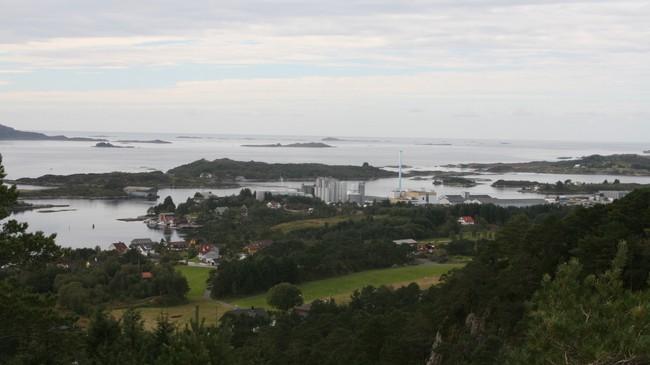 På dette biletet ser vi Furseundet like til venstre for EWOS-fabrikken i Gunhildvågen. Foto: Kjell Arvid Stølen, NRK.
