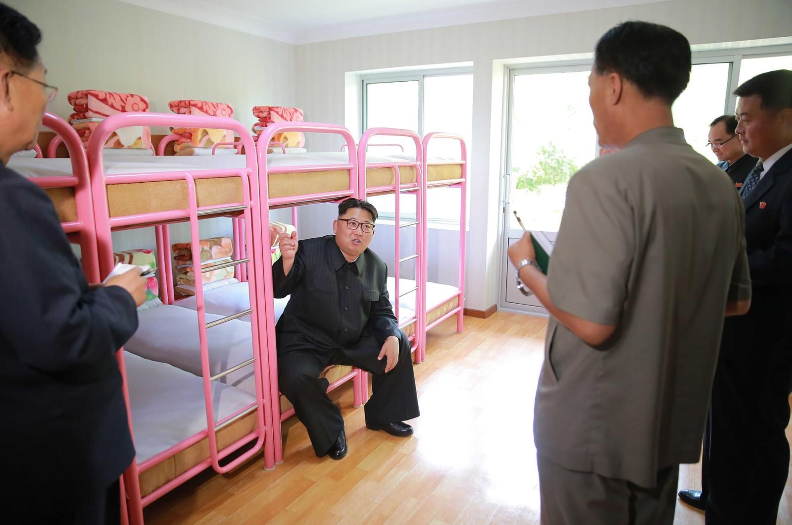 Et udatert bilde viser Nord-Koreas leder Kim Jong-un som besøker en nyoppusset barneleir i Pyongyang.