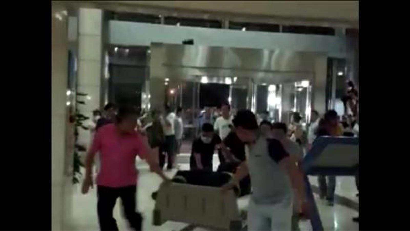 FULLE SYKEHUS: Stillbilde fra video av skadde som fraktes inn på Tianjin sykehus. Fra CCTV.