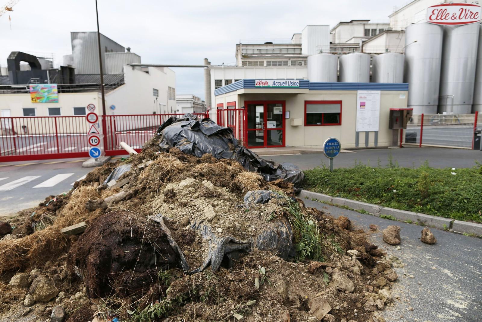Inngangen til meieriprodusenten Elle & Vire i Condé-sur-Vire er blokkert med jord og stein.