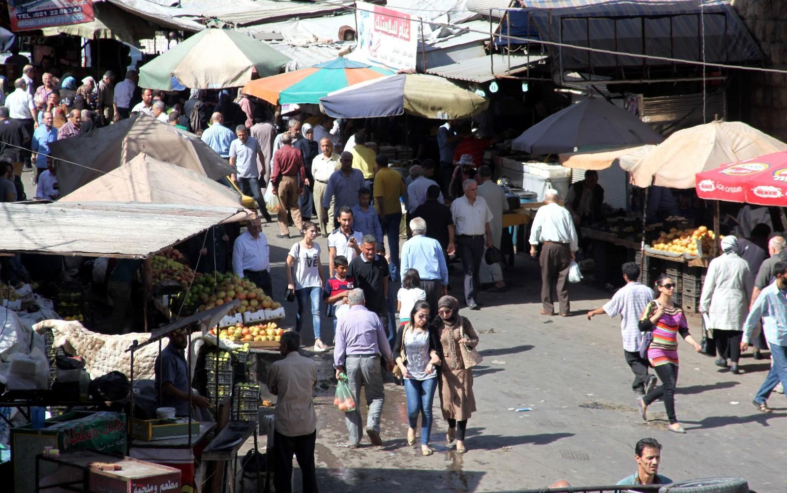 Medan det austlege Aleppo er sterkt prega av krigen, går livet i dei vestlege bydelane for ein stor del som normalt. Her frå ein marknadsplass.