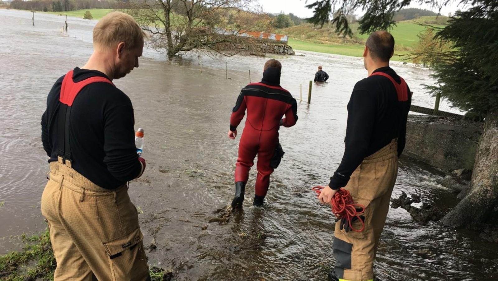 ROGALAND: Mannskaper fra Bryne brannstasjon rykker ut til sauer i nød på Undheim ved Taksdal. 20–25 sauer står i fare for å drukne der, etter at beitet de står på er oversvømt av vann. Vannet står så høyt at sauene ikke kommer seg unna.