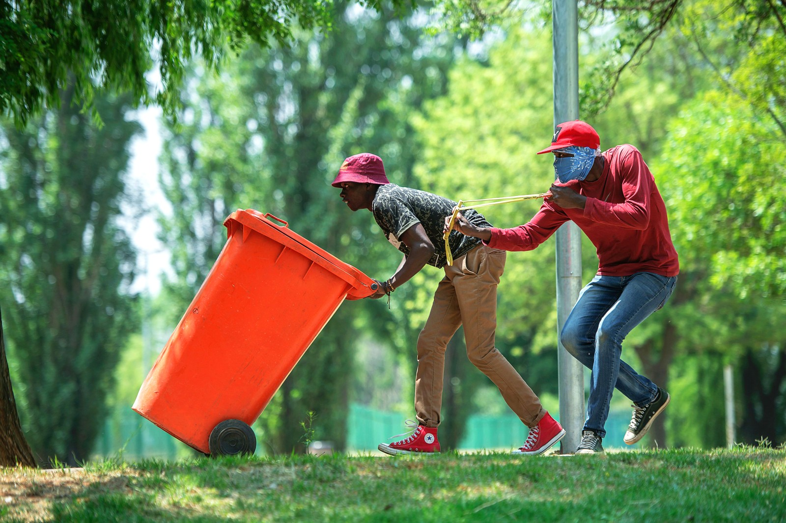 Studentdemonstrasjonene har vart i flere uker i Sør-Afrika nå. Dette bildet er fra Vaal University of Technology. Det har vært voldsomme oppgjør mellom politiet og studentene. Studentene mener studieavgiften er for høy.