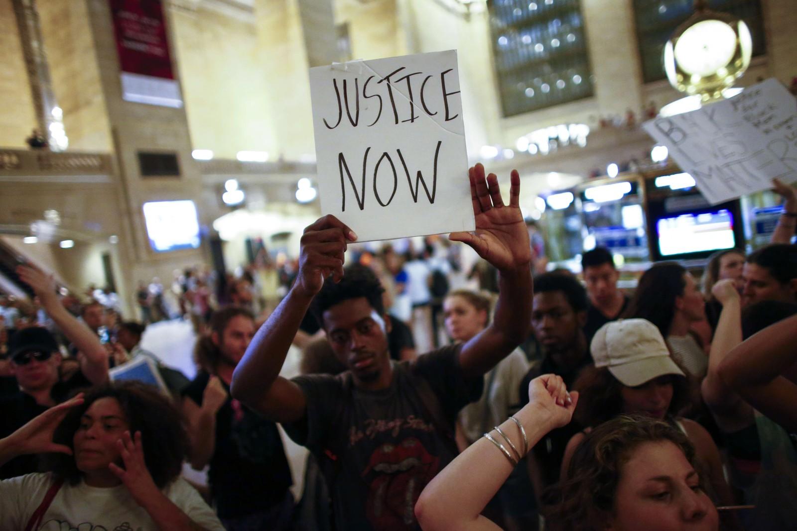 NEW YORK: Mange krever rettferdighet etter drapet på to svarte afroamerikanere i løpet av den siste uken.