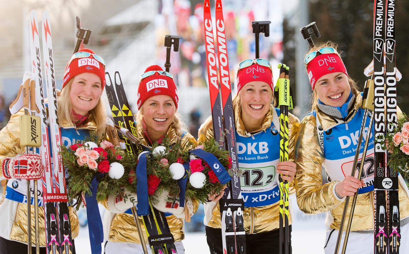 Fornøyde gulljenter etter suveren seier i VM i skiskyting i Holmenkollen fredag.