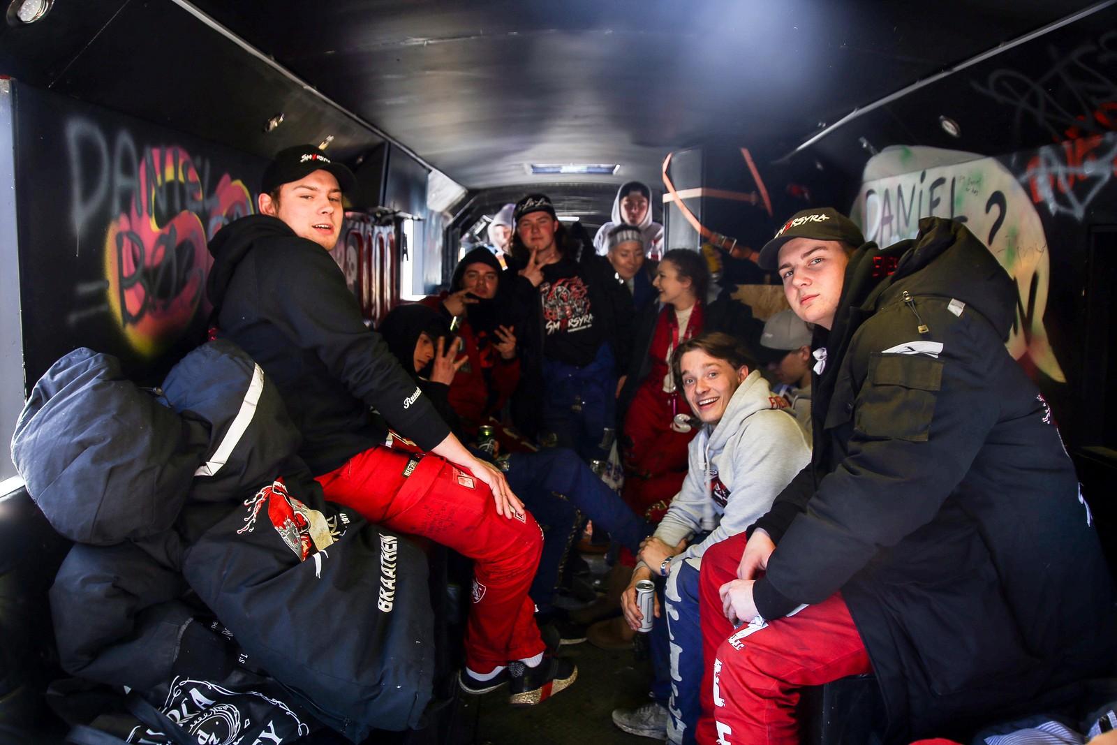 Inne i fleire av bussane er festen allereie i gang.