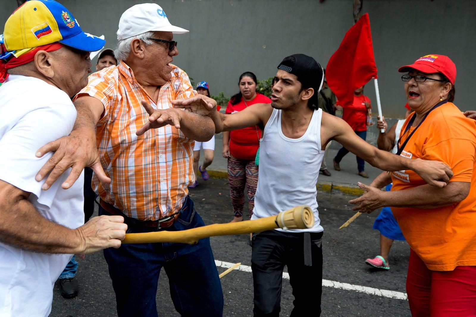 Opposisjonen og dem som støtter den sittende presidenten støtte sammen i Caracas.