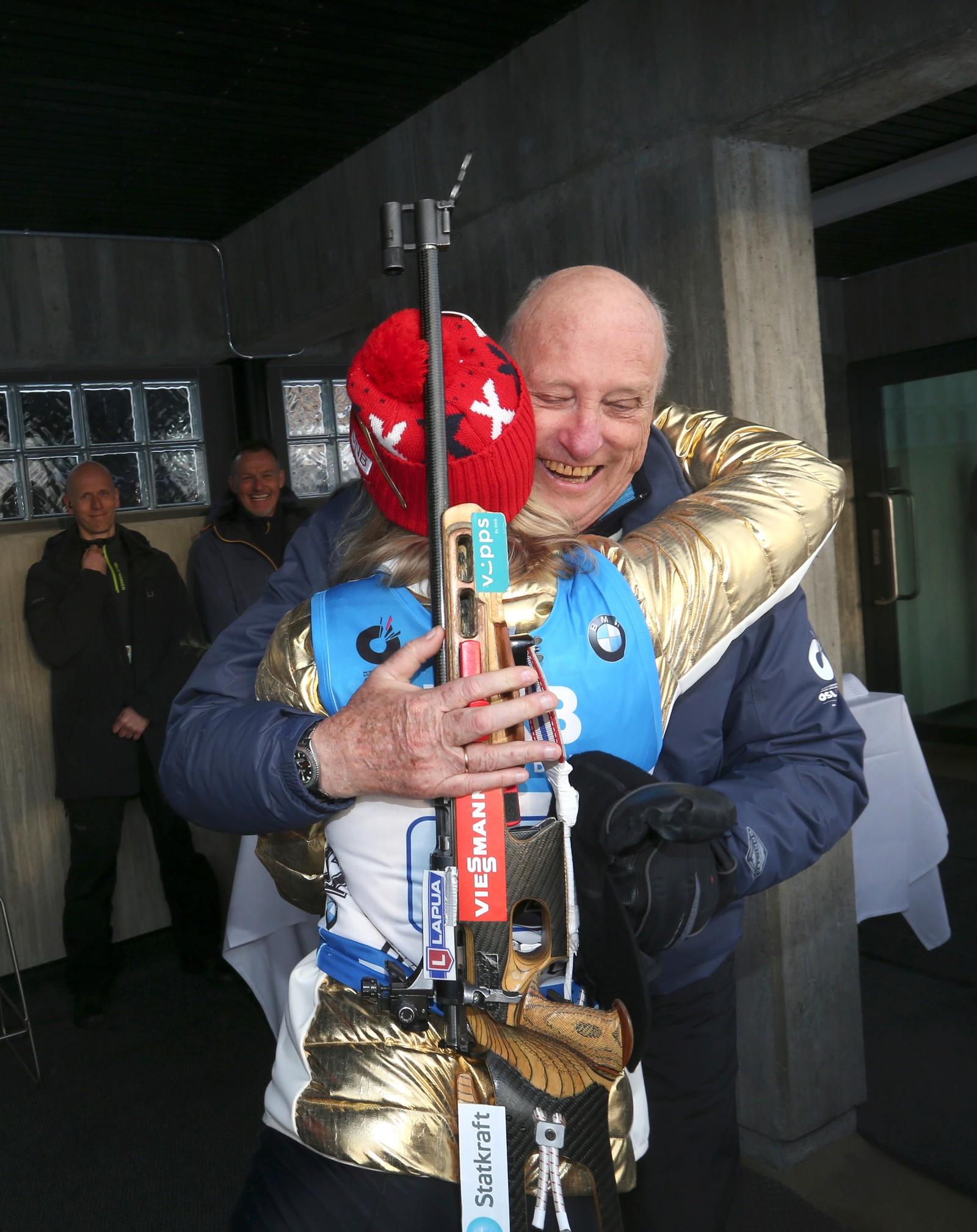 Kong Harald klemmer Marte Olsbu.