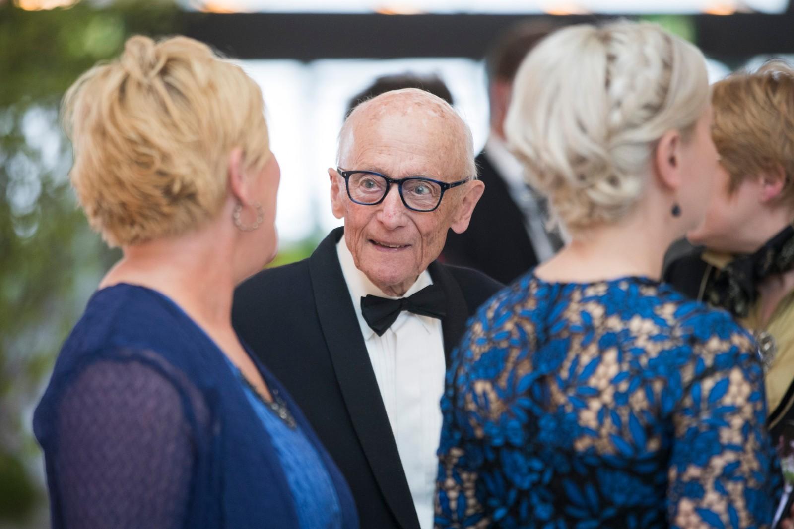 Tidligere statsminister Kåre Willoch i samtale med finansminister Siv Jensen (Frp) før regjeringens festmiddag for kongeparet i Operaen i anledning kongeparets 80-årsfeiring. POOL.