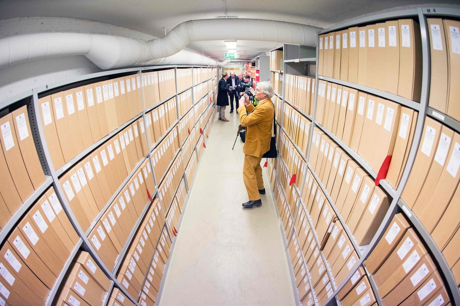 Journalister får besøke rommet hvor Palme-gruppa har over 250 hyllemeter med dokumenter knyttet til etterforskningen.