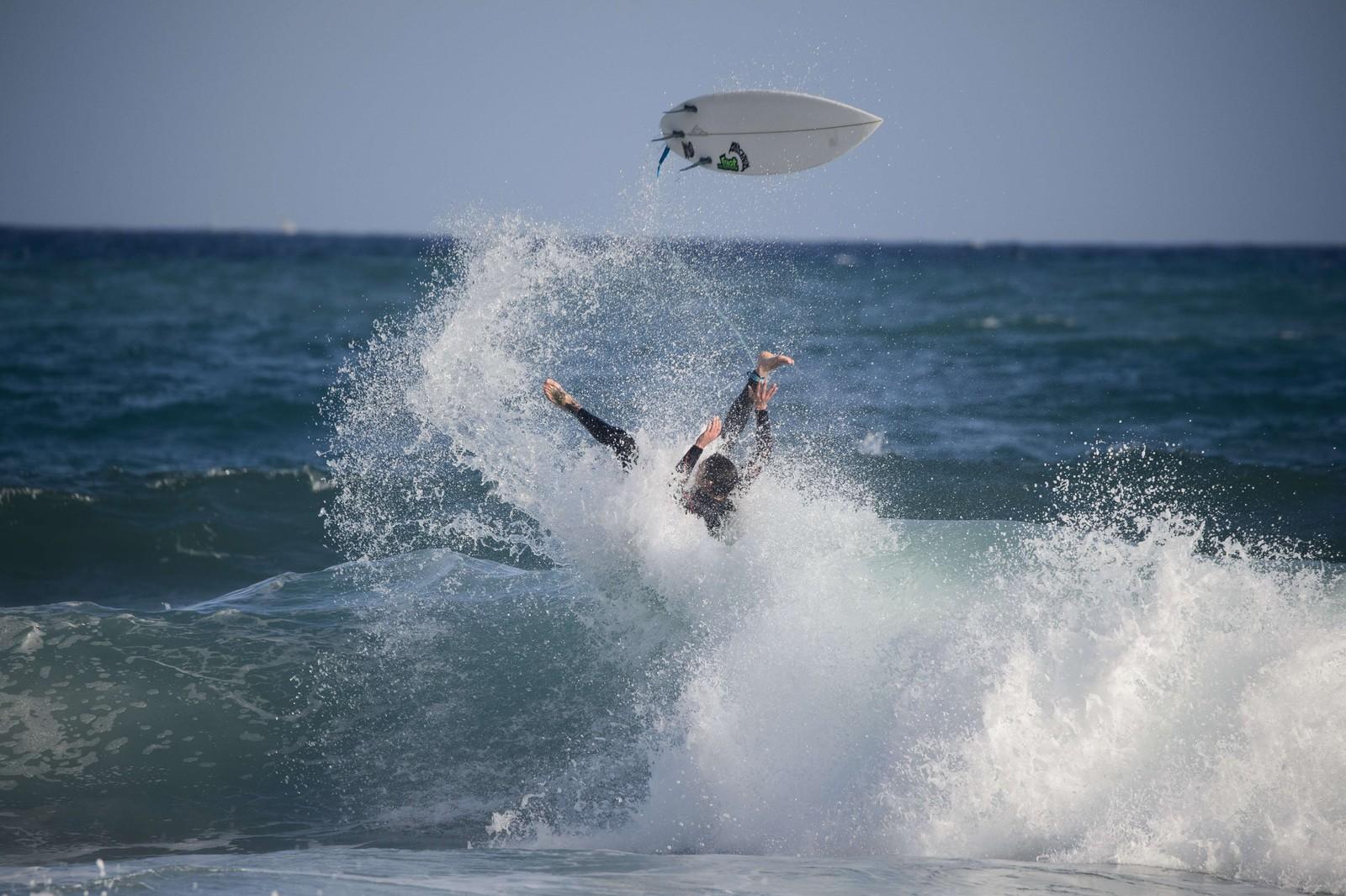 Bølgen får overtaket på en surfer utenfor Varazze i Italia onsdag denne uken.