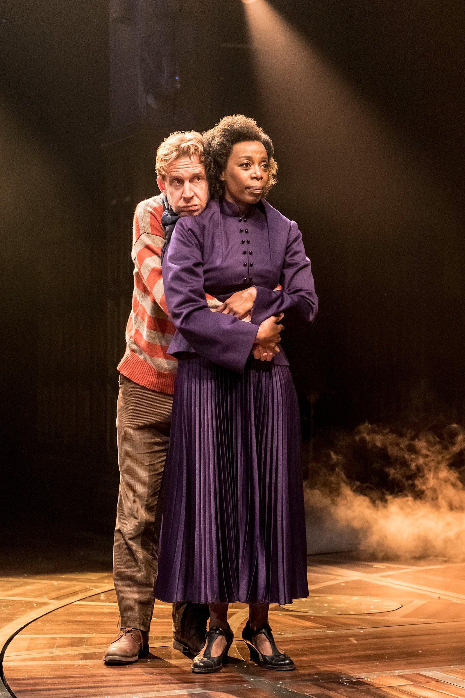 I NYE ROLLER: Hermine Grang (Noma Dumezweni) og Ronny Wiltersen (Paul Thornley) er blitt voksne og foreldre når de entrer teaterscenen.
