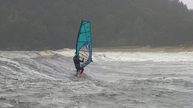 En vindsurfer tok seg ut i bølgene ved Sjøsanden i Mandal fredag ettermiddag.